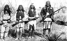 Geronimo, à direita e seus Guerreiros Apaches