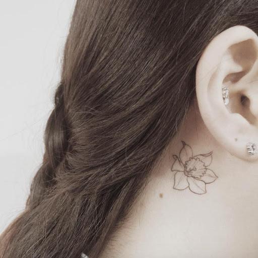 Este adorável floral atrás da orelha tatuagem