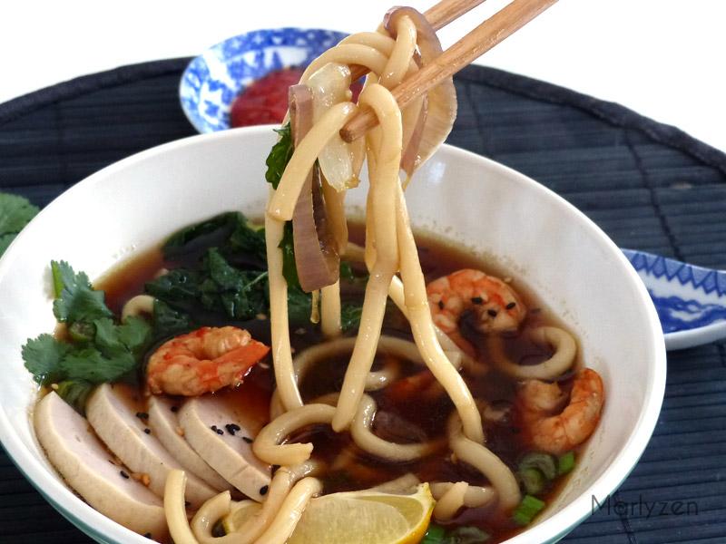 Soupe de nouilles aux crevettes, gio lua et pak choï