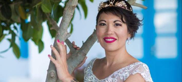 38χρονη Γαλλίδα παντρεύτηκε τον εαυτό της στη Σαντορίνη -Την παράτησε ο γαμπρός [εικόνες]