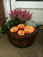 Decoración para Halloween con piedras pintadas calabazas