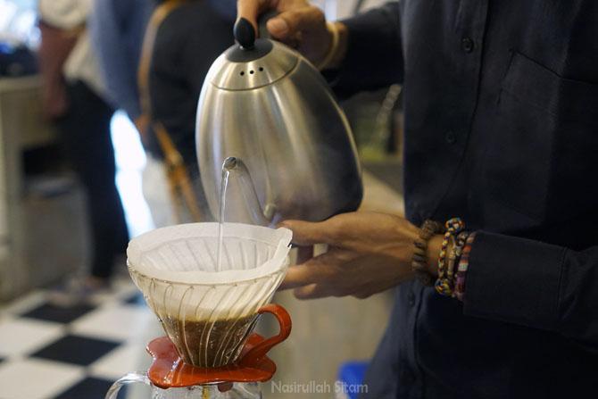 Meracik kopi pesanan