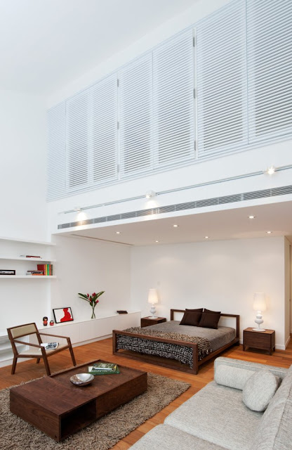 Desain interior ruko hitam putih, inspirasi kamar tidur utama