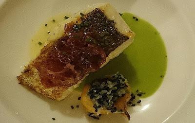 Merluza a la brasa con verduritas y jamón ibérico