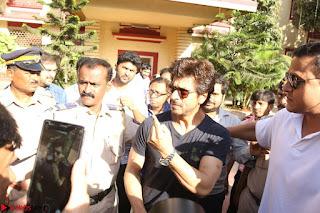 Shah Rukh Khan and Sachin Tendulkar Cast Their Vote For Bmc Election 2017 08.JPG