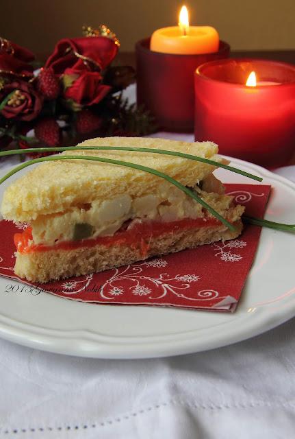Tramezzini con insalata russa e salmone affumicato