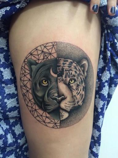 Leopard Yin Yang tatuagem. Grande gatos podem tomar parte na Yin Yang tatuagens bem neste tatuagem preto e laranja manchado leopardos são colocados ao lado uns dos outros para formar um símbolo do Yin Yang.