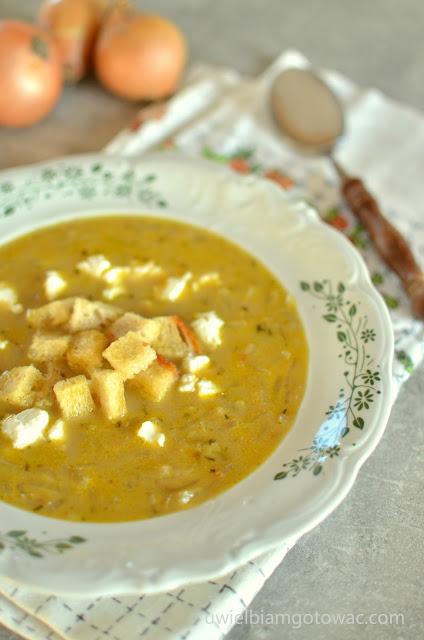 Pasterska zupa cebulowa z fetą i grzankami