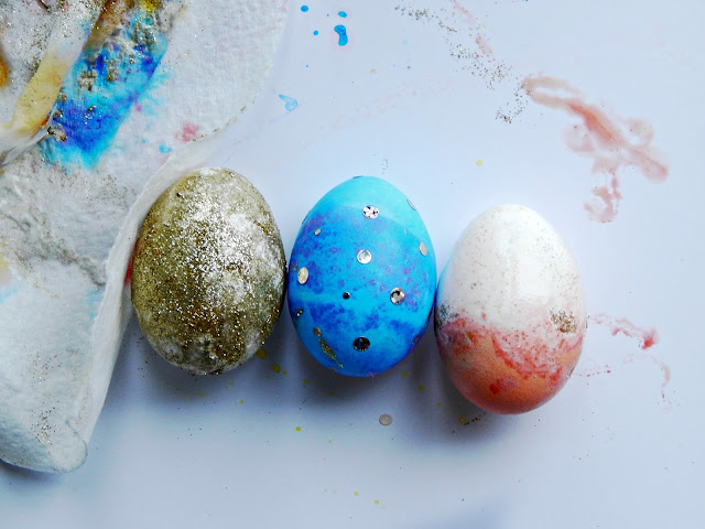 3 Ways to make sparkly Easter eggs #spoonfuloffun #ad