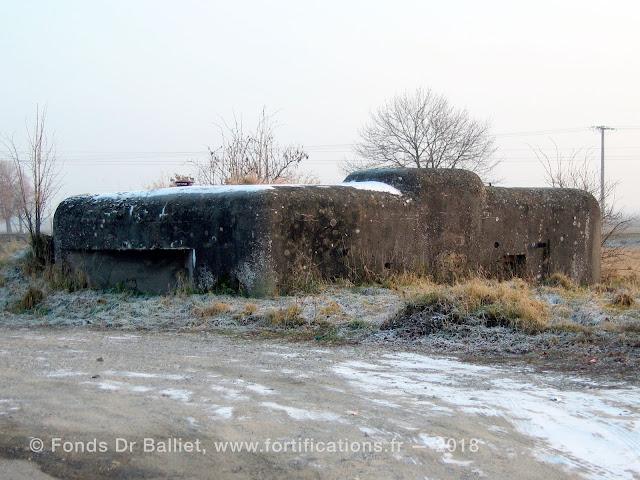 Créneau pour mitrailleuse de la façade nord et gorge de l'ouvrage (état 2006)