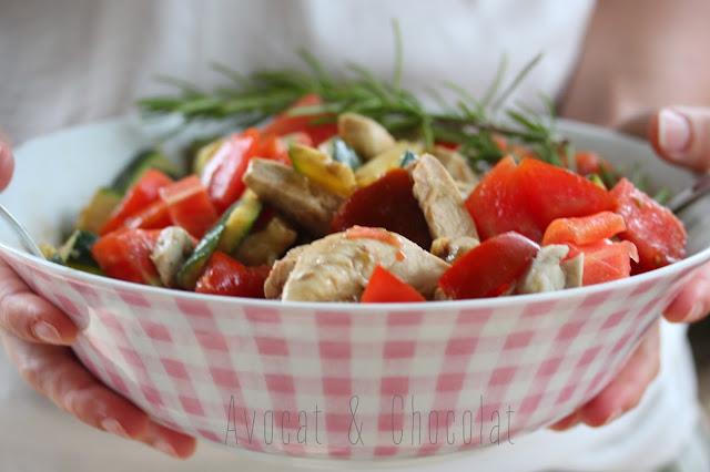 """alt=""""salade courgette, tomate, poulet avec dessus du poivre rose dans un saladier"""""""