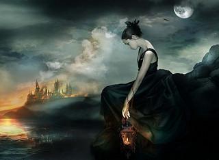 Chica joven triste, sentada sola con un vestido largo negro y una lamparita con una vela. Al fondo, una ciudad de tipo medieval.