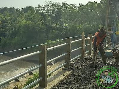 Pengerjaan Pagar Pengaman Jalan Bendung Macan