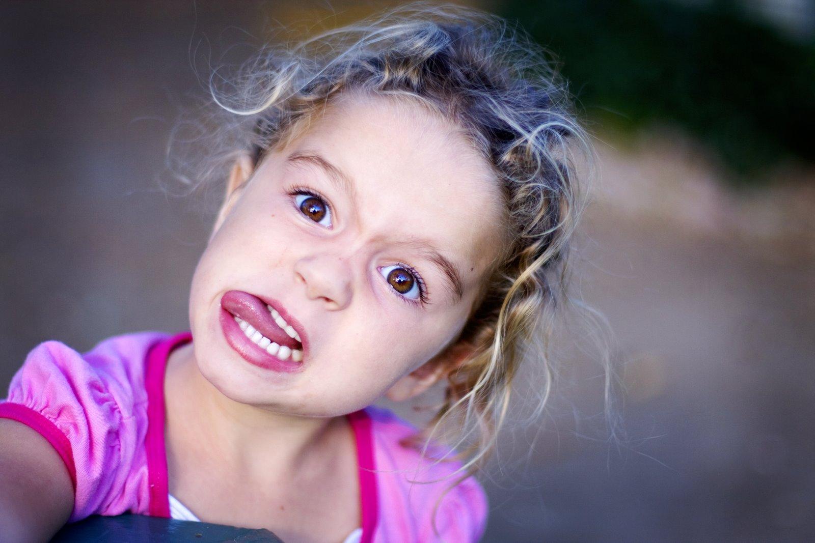 Foto Gambar Anak Kecil Senang Bahagia Tersenyum