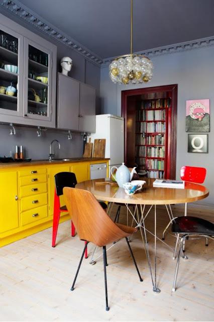 Küche mit integriertem Essplatz in Anthrazitgrau und Sonnengelb - schön wenn man mit Designklassiker-Stühle wohnen und leben kann!
