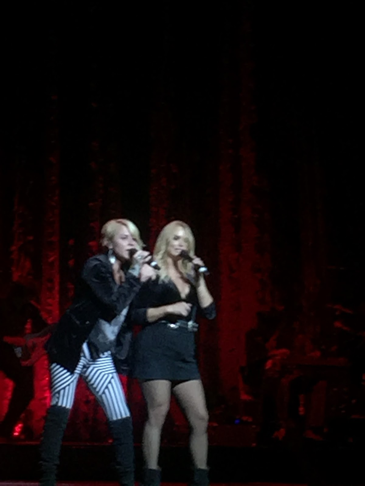 Three chords and the truth uk miranda lambert barclaycard arena part of mirandas on stage team is independent recording vocalist gwen sebastian who was afforded a brief moment in the spotlight to share her new song hexwebz Gallery