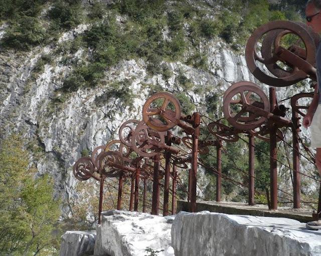 Vecchie attrezzature alla cava Michelangelo