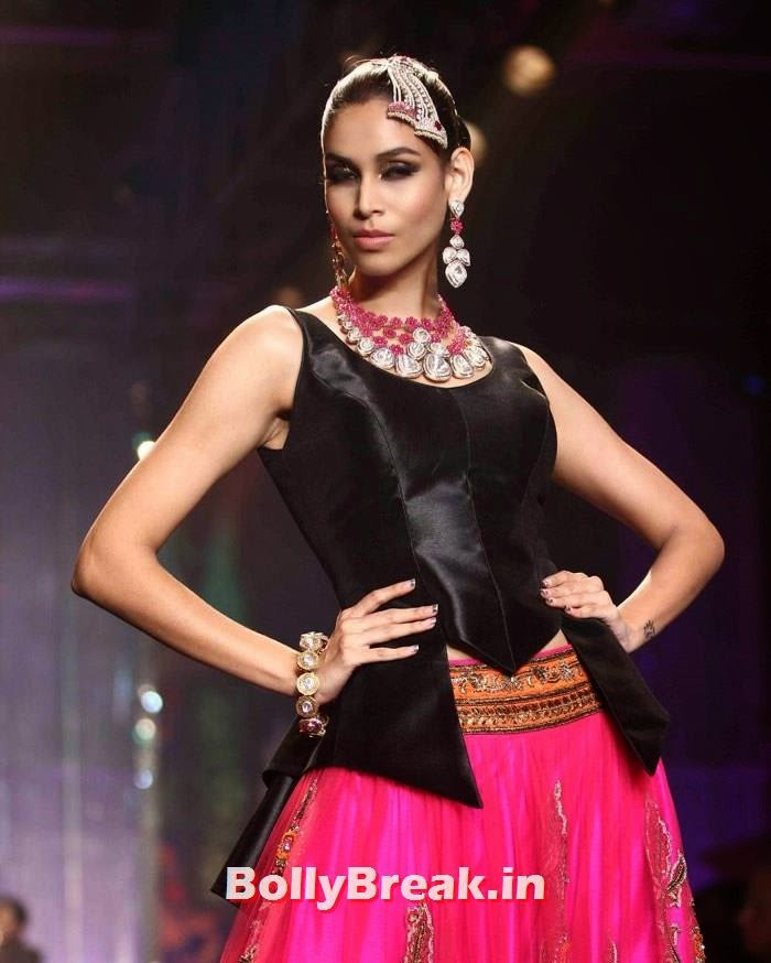 Amruta Patki, Sonam Kapoor Pics in White Saree - IIJW Finale 2014