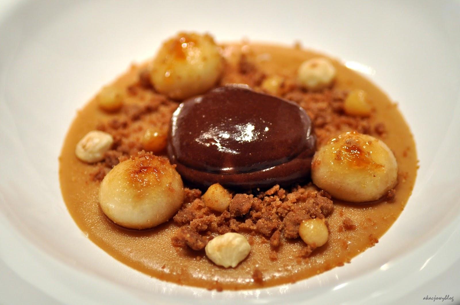 Jesienny deser - Karmelowo-piwna panna cotta  z cynamonową kruszonką, karmelizowaną gruszką, orzechami laskowymi i czekoladowym musem.