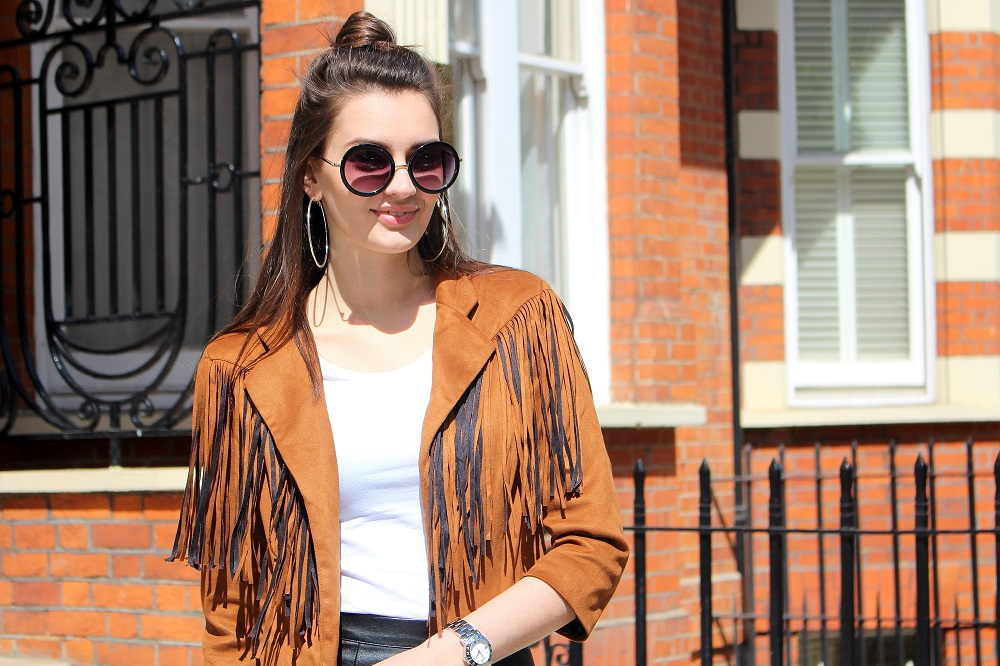 peexo-fashion-blogger-wearing-fringe-jacket-and-leather-skirt-and-white-tshirt-and-round-sunglasses-in-spring-70s-inspired