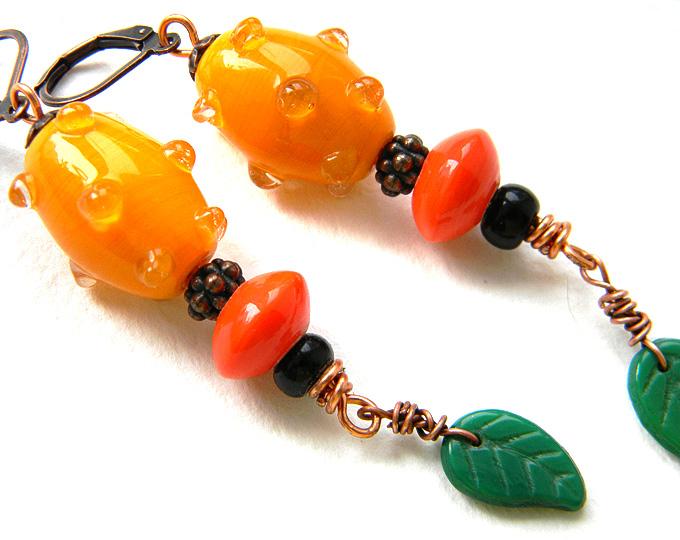 Яркие оранжевые серьги со стеклянными бусинами