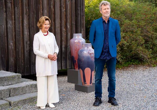 Queen Sonja and Magne Furuholmen have collaborated on an artistic project in support of the Queen Sonja Print Award. Sonja in white blazer