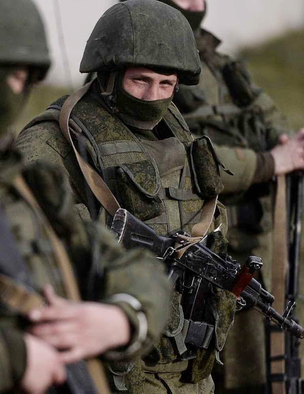 Os 'pequenos homens verdes' do Kremlin que invadiram a Criméia:  a mídia ocidental insistiu em que não se sabia de onde vinham,  quando as evidências primárias apontavam serem soldados russos.  Os fatos confirmaram a evidência. Mas a mídia não se imutou.