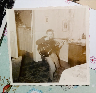 alte Fotografie meines Vaters, wie er Gitarre spielt und sich wie ein Rockstar benimmt.
