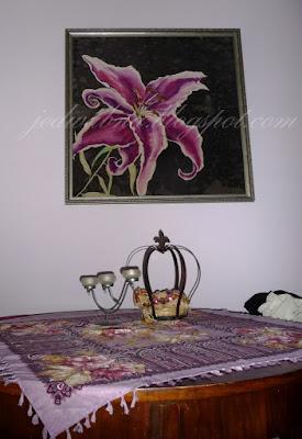 obraz w ramie wiszący na ścianie , lilia różowa namalowana na jedwabiu