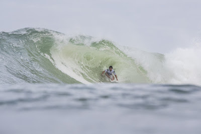 Ian Gouveia avançou à terceira fase do Rio Pro (Foto: Damien Poullenot/WSL)