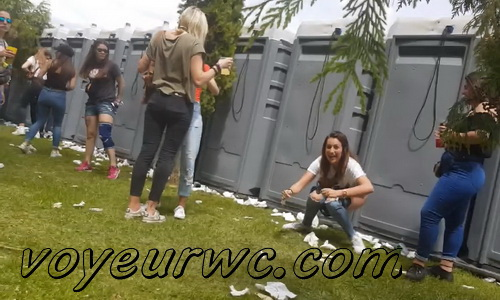 Girls Gotta Go 107 (Voyeur pee videos - Drunk spanish chicks peeing in public at festival)