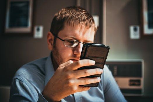 Hombre leyendo en su teléfono