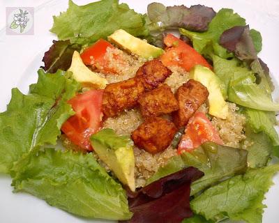 Ensalada de quinoa, aguacate y temph a la barbacoa.