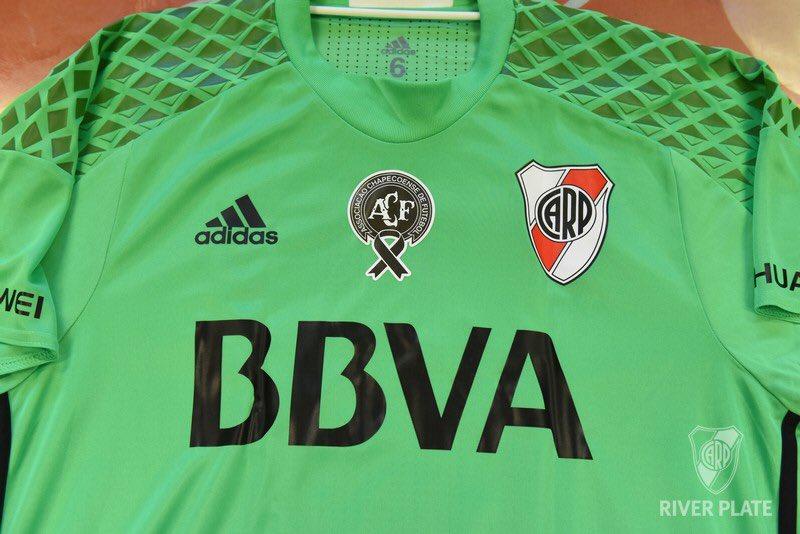 River Plate usa camisa verde em homenagem a Chapecoense - Show de ... 838ec20819a24