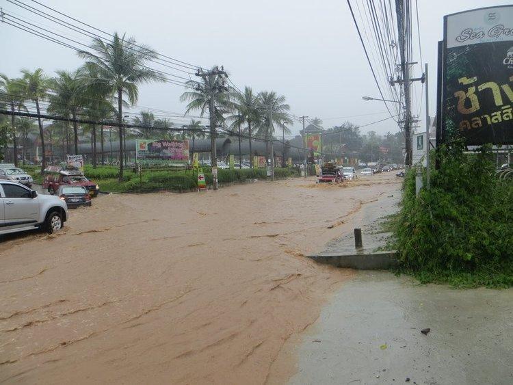 Затопленная дорога на против БигС Самуи