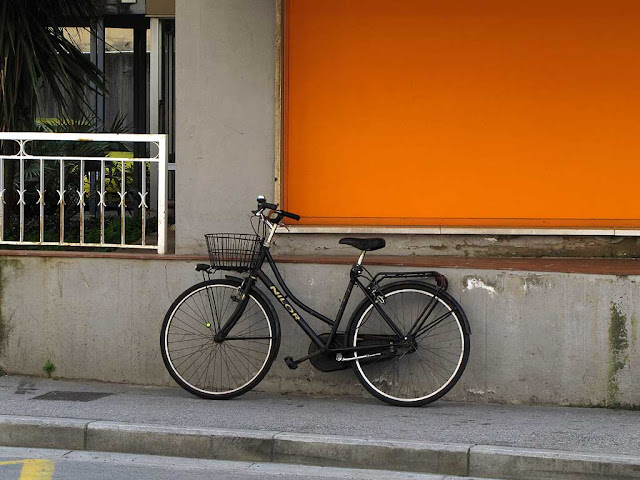 Black bicycle, orange background, via Calzabigi, Livorno