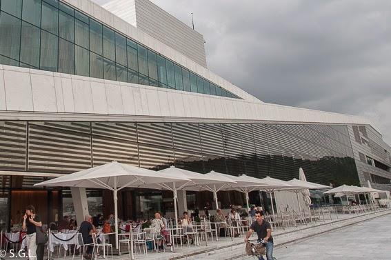 Terraza de la opera de Oslo a la orilla del fiordo