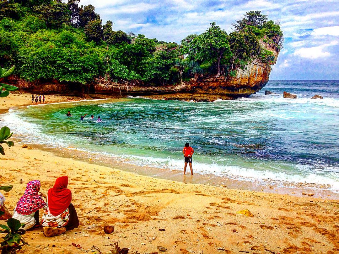 Pantai Batu Bengkung Dengan Sunset Menakjubkan Dimalang Spotbaru