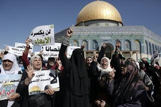 Aksi Para ibu-ibu palestina Ketika DiLarang Masuk ke Masjidil Al-Aqsa