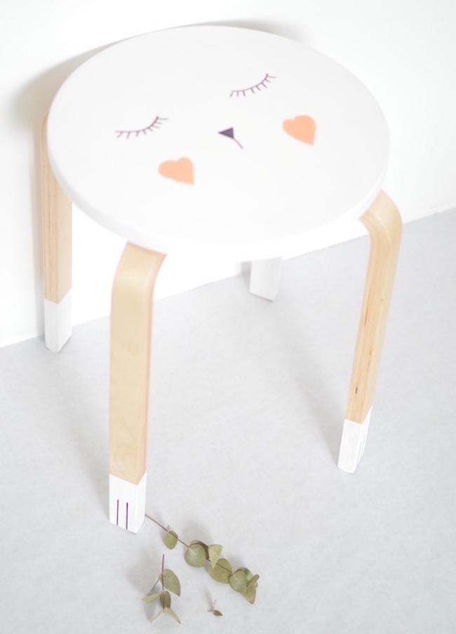 853da3215ca Αυτό το σκαμπό με ζωάκι είναι τέλειο για το παιδικό δωμάτιο. Μπορείτε να  αλλάξετε το χρώμα του σκαμπό και να ζωγραφίσετε ένα πρόσωπο πάνω στο  κάθισμα.