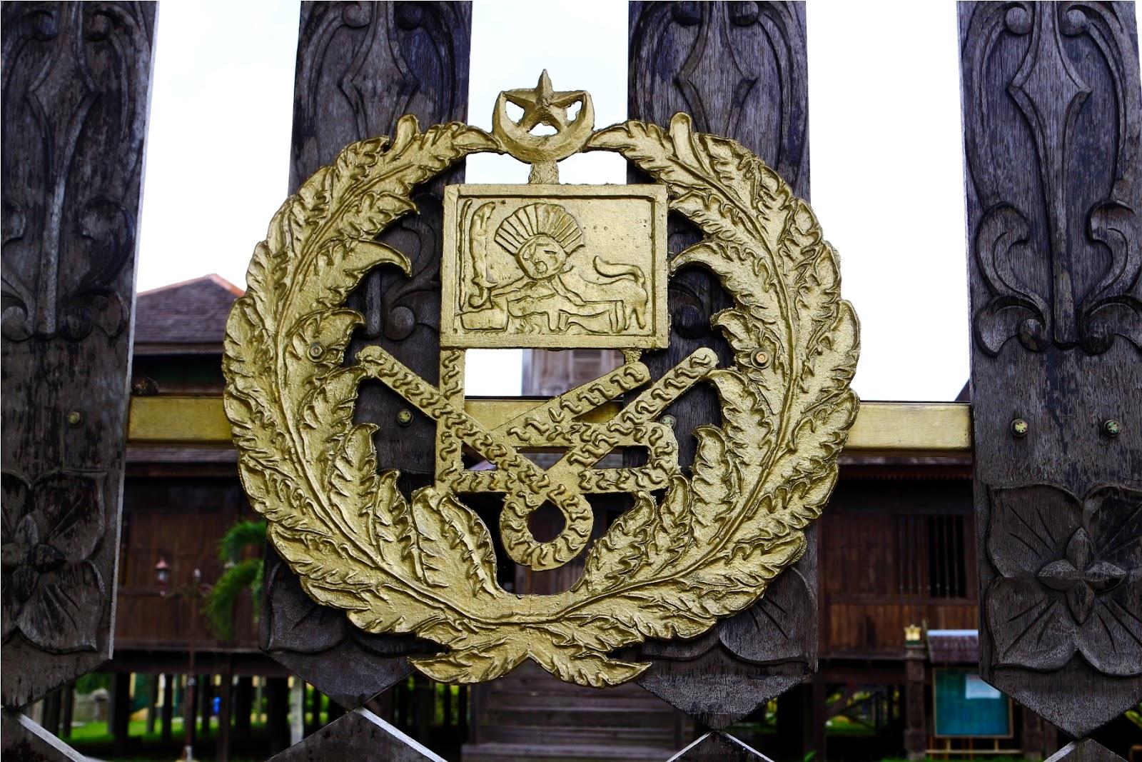 Simbol kerajaan Istana Kuning
