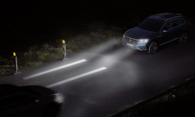¿Es ilegal encender las luces auxiliares del auto para intimidar a otros conductores?