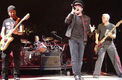 Foto de Banda U2 cantando en su presentación