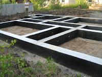 Устройство фундамента для хоть какого-нибудь строения это одно из самых серьезных задач в процессе строительства. Ошибки, допущенные в этот период, имеют все шансы привести к непредсказуемым последствиям, вплоть до разрушения несущих конструкций. Основные функции фундамента это принятие нагрузок от конструктивных частей дома с последующей передачей их на почва. Поэтому, строительству фундаментов предшествует исследование грунтов, глубины залегания грунтовых вод и лишь после этого совершают математический расчёт нагрузок и отбор конструкции основной опоры дома. И от того, насколько правильно будет выполнена эта работа, зависит крепость дома и безопасность проживания в нём. Если предполагается постройка небольшого дачного или садового домика, то все нужные расчёты и обследования разрешено выполнить самостоятельно, но сооружение двух-, а тем наиболее трёхэтажного дома, подразумевает строгий инженерный расчёт, который имеют все шансы выполнить только спецы. Конечно, услуги проектировщиков обходятся недёшево и значительно увеличивают стоимость строительства. Но тут следует учитывать, что проектировщики несут ответственность за свою работу, благодаря чему услуги оценивают правильно.