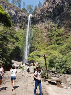 Andini dengan latar air terjun Coban Rondo, Pujon, Malang