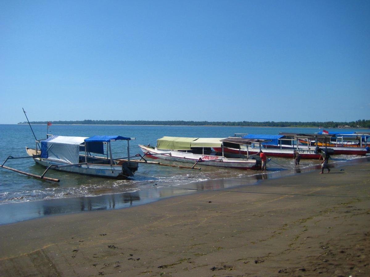 방살 해변에 정박중인 보트들
