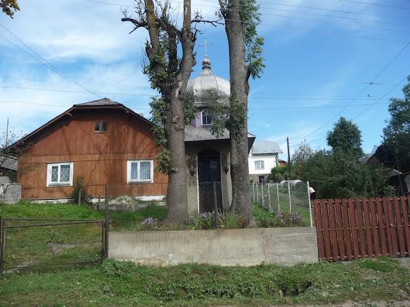 Турка. Будинок по вул. Січових Стрільців і каплиця між деревами