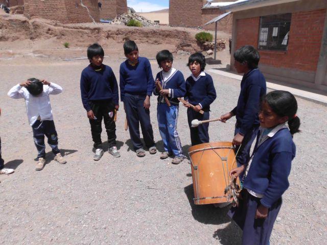 Die Schüler versammelten sich zu einer kleinen Hora Civica auf dem Schulhof. Wir haben die Nationalhymne Boliviens zum ersten Mal in der Indiosprache Quechua gesungen. Danach gab es einige musikalische Darbietungen