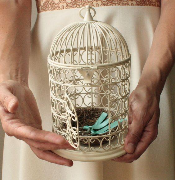Una jaula con un nido de amor para los anillos de boda - Foto: Platelia