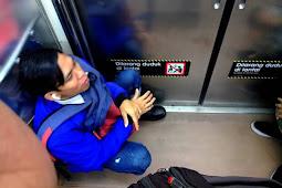Penumpang Bandel : Tetap Saja Duduk di Lantai Kereta [Commuter Line]